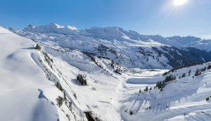 Schöne Aussichten nach Stuben am Arlberg von Zürs aus gesehen mit Sonne im Himmel